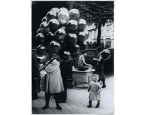 Brassaï, La Marchande de ballons (1931)