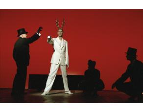"""Mise en scène de R. Wilson (2004) pour """"Les Obsèques de la Lionne"""""""